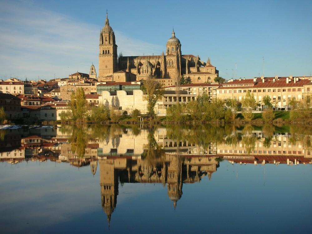 Salamanca. Catedral desde el río Tormes.