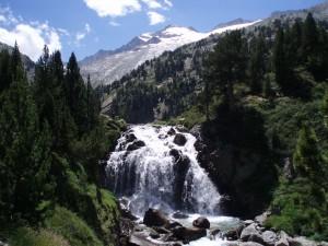 Valle de Benasque. Pico Aneto y la cascada de Aigualluts.