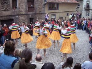 Danzadores de zancos en Anguiano (La Rioja).