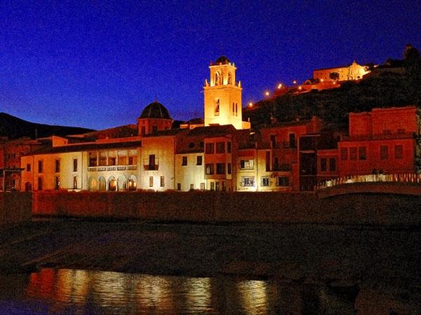 Orihuela (Alicante). Vista nocturna de la torre de la Catedral, fachada sur del Palacio Episcopal y el Seminario Diocesano. Por Javier Marín.