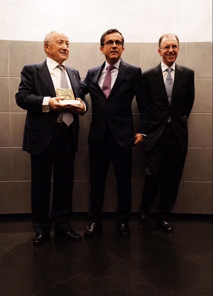 José Antonio Escartín, galardonado; Javier Gómez Gálligo Director General, y José Ángel García Valdecasas, Presidente del Comité.