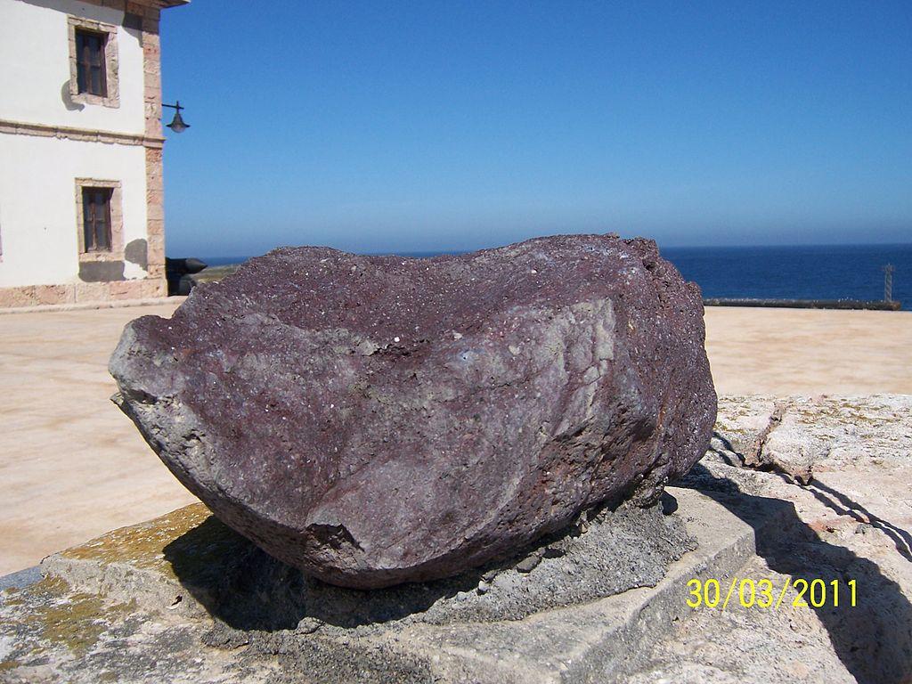 Piedra alboranita en la Isla de Alborán (Almería). Por Clopsae