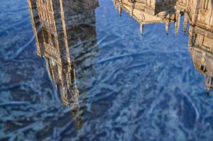 Reflejo de la Catedral de Toledo en Fuente Tres Aguas. Por J.Ligero & I.Barrios