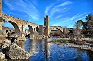Puente medieval de Besalú (Girona). Por Montse Poch