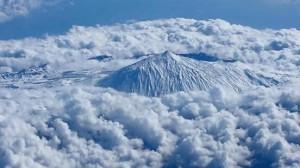 El Teide desde el aire, con un mar de nubes.