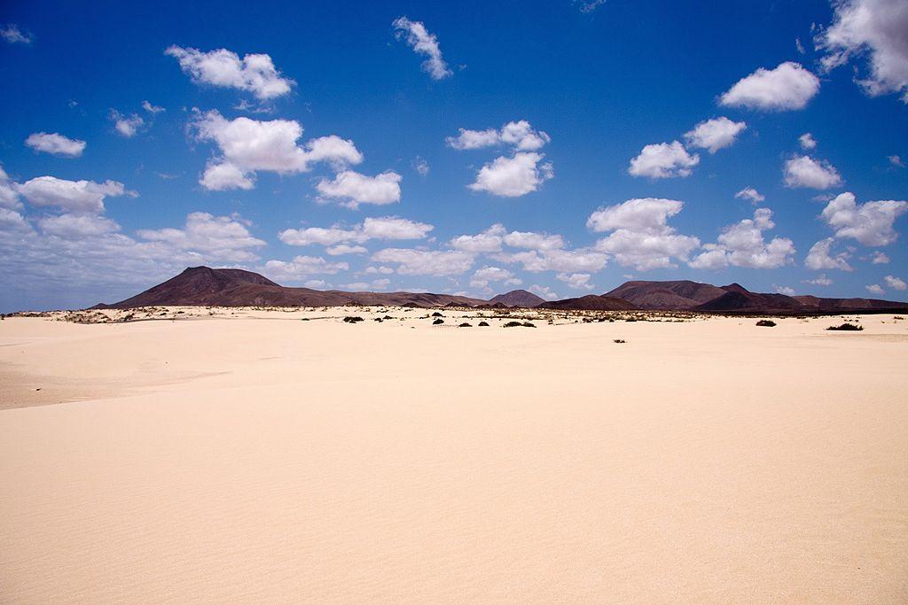 Dunas en Corralejo (Fuerteventura). Por Dirk Vorderstraße. Pinchar en la imagen.