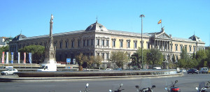 Fachada de la Biblioteca Nacional y Plaza de Colón (Madrid). Por Luis García.