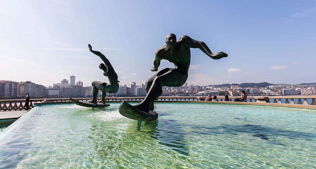 Fuente de los surfistas en La Coruña. Por Diego Delso