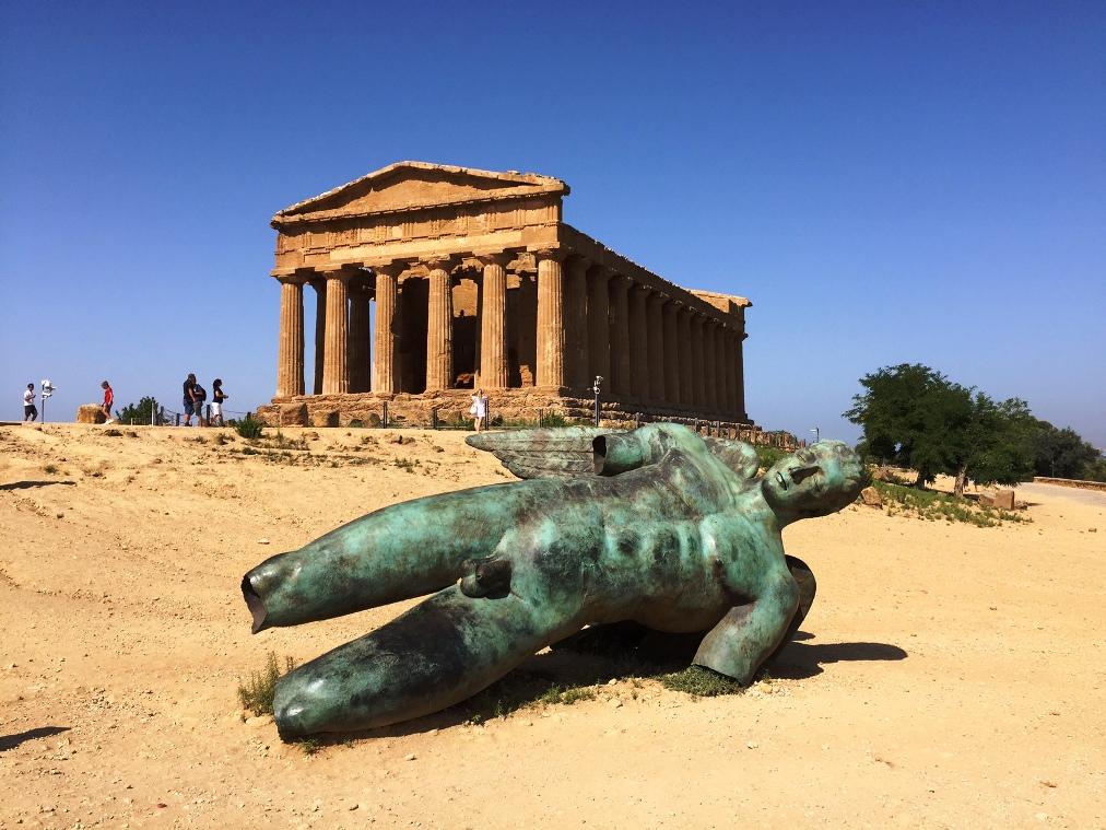 Templo de la Concordia e Ícaro Caído en el Valle de los Templos. Agrigento (Sicilia)