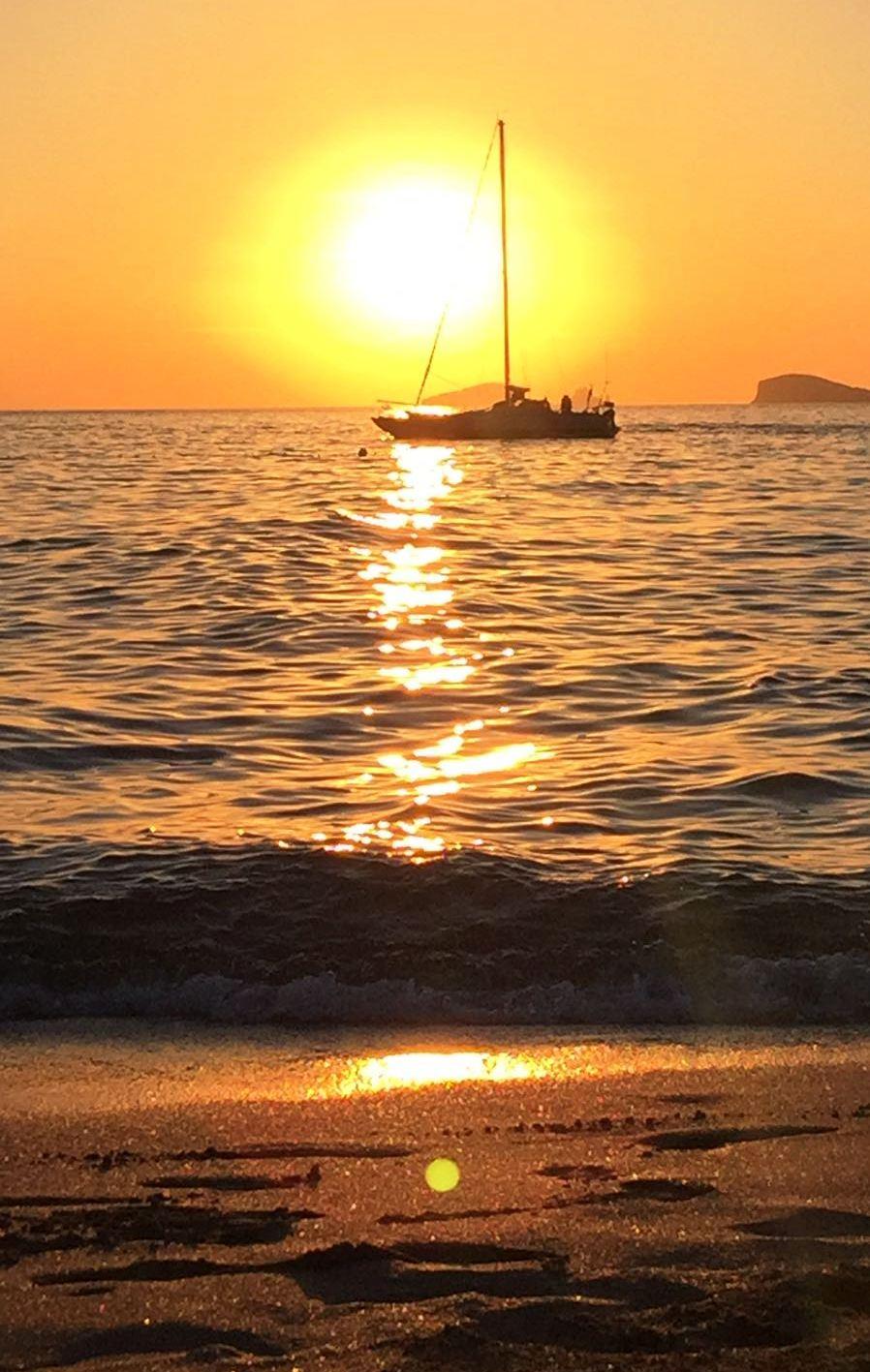 Puesta de sol en Ibiza con reflejo en la arena. Por Omar Cervera Gil.