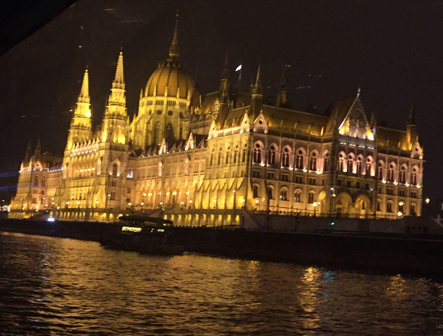 Parlamento de Budapest desde el Danubio. Por Omar Cervera Gil.